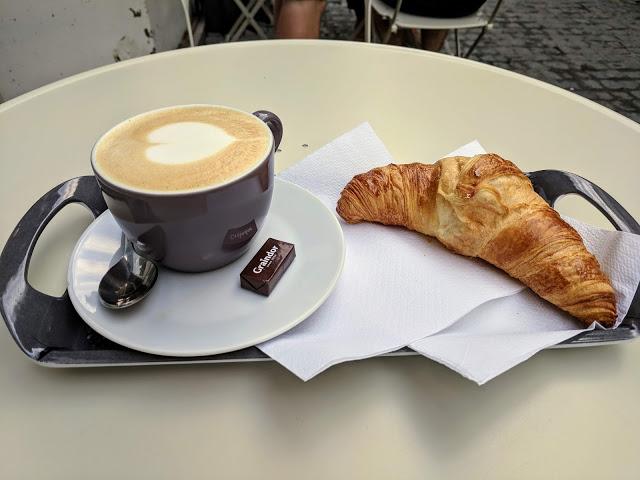Кофе в Бельгии с круассаном